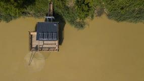 Hölzerne Hütte des traditionellen Fischers, Garonne-Fluss stockfoto