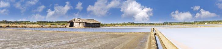 Hölzerne Hütte mit Boden und Meerwasser in der Verdampfung; Teiche bei pH stockbilder