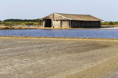 Hölzerne Hütte mit Boden und Meerwasser in der Verdampfung; Teiche bei pH lizenzfreie stockfotos