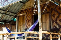 Hölzerne Hütte mit einer Hängematte Stockfotos