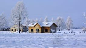Hölzerne Hütte mit Schnee lizenzfreie stockfotos