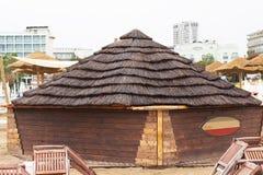 Hölzerne Hütte mit Strohdach auf dem Strand Lizenzfreie Stockbilder