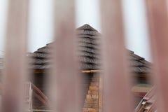 Hölzerne Hütte mit Strohdach auf dem Strand Stockfoto
