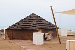 Hölzerne Hütte mit Strohdach auf dem Strand Lizenzfreie Stockfotografie