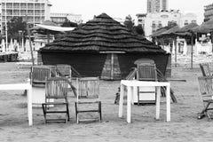 Hölzerne Hütte mit Strohdach auf dem Strand Lizenzfreies Stockfoto