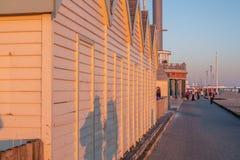 Hölzerne Hütten bei Brighton Beach England am Abend - BRIGHTON, VEREINIGTES KÖNIGREICH - 27. FEBRUAR 2019 stockfotos