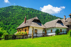Hölzerne Hütten im traditionellen Dorf, Slowakei Stockfotografie