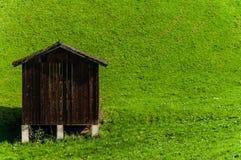 Hölzerne Halle auf grünem Gras Stockfotos