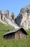 Hölzerne Halle nach Italian Passo di Gardena Stockfotos