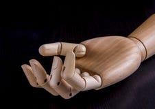 Hölzerne Hand auf einem dunklen Hintergrund Stockfoto