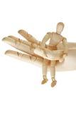 Hölzerne Hand, die hölzernes Mannequin anhält Lizenzfreies Stockfoto