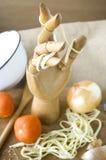 Hölzerne Hand mit Teigwaren Stockfotos