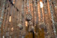 Hölzerne handgefertigte hängende Dekoration lizenzfreie stockfotos