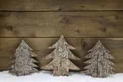 Hölzerne handgemachte Weihnachtsbäume - natürliche Glückwunschkarte Lizenzfreie Stockfotos