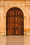 Hölzerne Haustüren oder San Carlos Cathedral Lizenzfreie Stockfotos