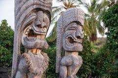 Hölzerne hawaiische historische einheimische Statuen stockfotos