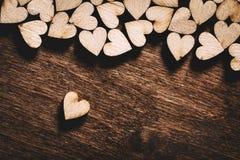 Hölzerne Herzen auf dunklem hölzernem Hintergrund Stockbild