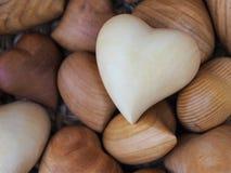 Hölzerne Herzen im Korb Stockbild