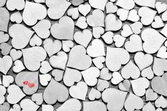Hölzerne Herzen, rote Herzen auf dem Herzhintergrund Liebevolle Paare Lizenzfreies Stockfoto