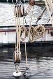 Hölzerne Hilfsmittel und Seile eines Bootes Lizenzfreie Stockfotos