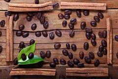 Hölzerne Hintergrundkaffeebohnen Lizenzfreies Stockfoto