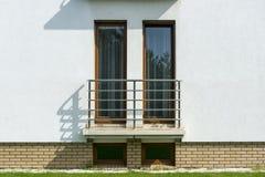 Hölzerne hohe Fenster in der weißen Wand Lizenzfreies Stockfoto