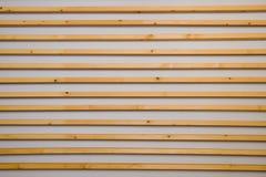Hölzerne horizontale Latten batten auf einem hellgrauen Wandhintergrund Innendetail, Beschaffenheit, Hintergrund Das Konzept des  lizenzfreie stockbilder