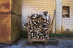 Hölzerne industrielle Elemente in einen Eisenbehälter Lizenzfreies Stockbild