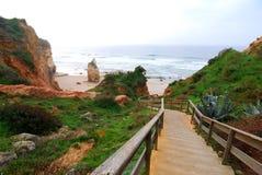 Hölzerne Jobstepps zum Praia DA Vau, Algarve, Portugal Stockbild