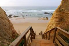 Hölzerne Jobstepps zum Praia DA Vau, Algarve, Portugal Stockbilder
