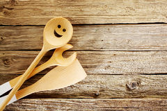 Hölzerne Küchengeräte auf gealtertem strukturiertem Holz Stockfoto