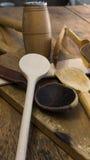 Hölzerne Küchengeräte auf hölzernem hackendem Brett Stockfotografie
