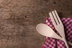 Hölzerne Küchengeräte auf hölzernem Hintergrund Stockbild