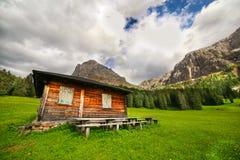Hölzerne Kabine auf einer Wiese in den Dolomit lizenzfreie stockbilder