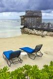 Hölzerne Kabinen- und Strandstühle Stockbild