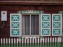 Hölzerne Kabinenfenster-Fensterläden Stockfoto