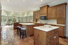 Hölzerne Kabinette in der Küche mit Essenbereich lizenzfreie stockfotos