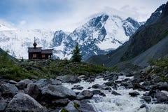 Hölzerne Kapelle in Altai-Bergen am Fuß von Belukha-Berg stockfotos