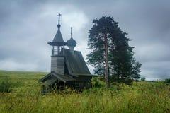Hölzerne Kapelle auf dem Gebiet Lizenzfreies Stockfoto