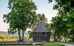 Hölzerne Kapelle auf Kernave-Hügel lizenzfreies stockfoto