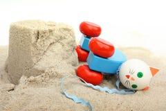 Hölzerne Katze auf Sand und Schlammtorte Lizenzfreie Stockfotografie