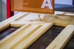 Hölzerne Kiefernstaplungsholzproduktion für die Verarbeitung und Möbelproduktion am Holzbearbeitungsunternehmen, industrielle Fab Stockfotos