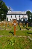 Hölzerne Kirche des griechischen Katholischen mit Friedhof Lizenzfreies Stockbild