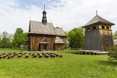Hölzerne Kirche des 18. Jahrhunderts im Freilichtmuseum, ländliche Landschaft, Tokarnia, Polen Lizenzfreie Stockfotos