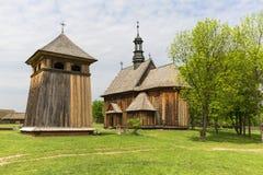 Hölzerne Kirche des 18. Jahrhunderts im Freilichtmuseum, ländliche Landschaft, Tokarnia, Polen Stockbild