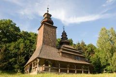 Hölzerne Kirche im Park Stockbild