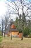 Hölzerne Kirche im Wald Lizenzfreie Stockfotografie