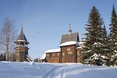 Hölzerne Kirche im Winterwald lizenzfreie stockfotos