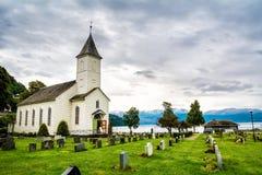 Hölzerne Kirche mit einem Kirchhof in Norwegen stockfotografie