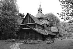 Hölzerne Kirche nahe bei schönem Wald stockfoto